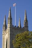 Indicateur de l'Angleterre au-dessus d'église anglaise Photos stock
