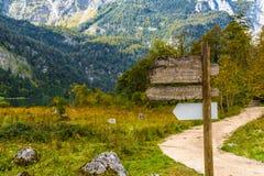 Indicateur de poteau indicateur en montagnes Koenigssee, Konigsee, Berchtesgade photographie stock