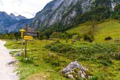Indicateur de poteau indicateur en montagnes Koenigssee, Konigsee, parc national de Berchtesgaden, Bavière, Allemagne images stock