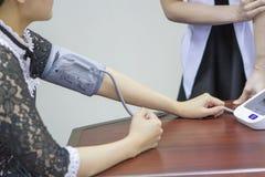Indicateur de pression de bras mis sur la table image stock