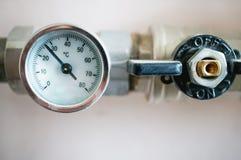 Indicateur de pression pour régler la température de l'eau dans le système de chauffage photographie stock
