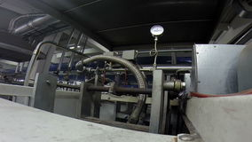 Indicateur de pression sur une machine industrielle à une usine clips vidéos