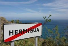 Indicateur de route de fin de ville avec la vue d'océan en Espagne Photographie stock libre de droits