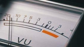 Indicateur de signal analogue avec la flèche Mètre du signal audio dans les décibels clips vidéos