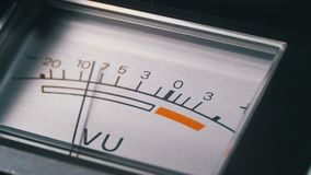 Indicateur de signal analogue avec la flèche Mètre du signal audio dans les décibels banque de vidéos