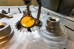 Indicateur de type levier en industrie mécanique pour l'alignement précis des parties le long de l'axe images stock