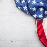 Indicateur des Etats-Unis Indicateur américain Dessus du drapeau américain de vue se trouvant librement sur le fond concret blanc Photos libres de droits