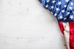 Indicateur des Etats-Unis Indicateur américain Dessus du drapeau américain de vue se trouvant librement sur le fond concret blanc Photographie stock