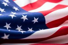 Indicateur des Etats-Unis Amerikanische Flagge Schlagwind der amerikanischen Flagge Nahaufnahme Schönes Tanzen der jungen Frau de Stockfotos