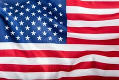 Indicateur des Etats-Unis Amerikanische Flagge Schlagwind der amerikanischen Flagge Nahaufnahme Schönes Tanzen der jungen Frau de Lizenzfreies Stockfoto