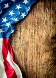 Indicateur des Etats-Unis Indicateur américain Drapeau américain se trouvant librement sur le conseil en bois Tir en gros plan de Photos libres de droits