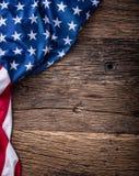 Indicateur des Etats-Unis Indicateur américain Drapeau américain se trouvant librement sur le conseil en bois Tir en gros plan de Images stock