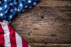 Indicateur des Etats-Unis Indicateur américain Drapeau américain se trouvant librement sur le conseil en bois Tir en gros plan de Image stock