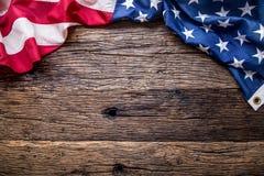 Indicateur des Etats-Unis Indicateur américain Drapeau américain sur le vieux fond en bois Photographie stock