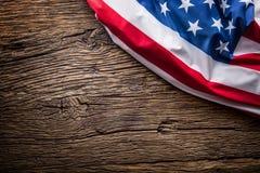 Indicateur des Etats-Unis Indicateur américain Drapeau américain sur le vieux fond en bois horizontal Images stock
