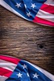 Indicateur des Etats-Unis Indicateur américain Drapeau américain sur le vieux fond en bois horizontal Photos stock
