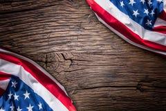 Indicateur des Etats-Unis Indicateur américain Drapeau américain sur le vieux fond en bois horizontal Photographie stock libre de droits