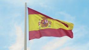 indicateur Espagne Drapeau espagnol rouge et jaune ondulant dans le vent sur un mât de drapeau contre le ciel bleu clair banque de vidéos