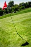 Indicateur et trou sur la zone de golf Images stock