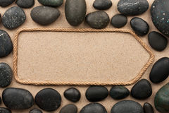 Indicateur fait en corde avec les pierres noires Photo libre de droits