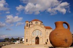 Indicateur grec et église chrétienne Images stock