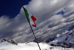 Indicateur italien au-dessus d'une montagne photographie stock