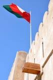 Indicateur omanais placé sur le fort de Khasab Image libre de droits