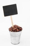 Indicateur, prix dans le seau de graines de café photographie stock libre de droits