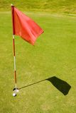 Indicateur rouge sur un terrain de golf Photos libres de droits