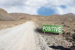 Indicateur sur la route de montagne dans le Tadjikistan Route de Pamir photographie stock libre de droits