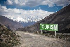Indicateur sur la route de montagne dans le Tadjikistan Route de Pamir photo stock