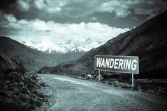 Indicateur sur la route de montagne dans le Tadjikistan Route de Pamir toned photos libres de droits