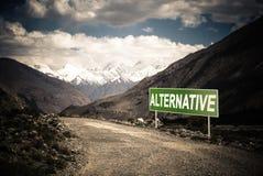 Indicateur sur la route de montagne dans le Tadjikistan Route de Pamir toned photos stock