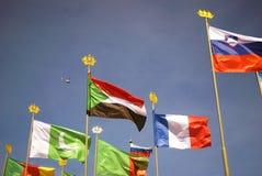 Indicateurs de beaucoup de pays Fond de ciel bleu Photographie stock libre de droits