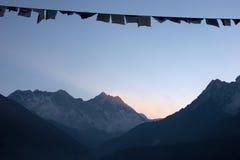 Indicateurs de prière au lever de soleil, montagnes de l'Himalaya, Népal Image libre de droits
