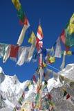 Indicateurs de prière avec le fond de montagne photo libre de droits