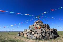 Indicateurs de prière de pierre et de prière sur la steppe Image stock