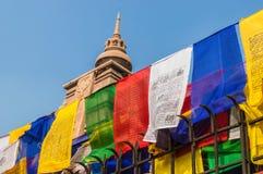 Indicateurs de prière s'arrêtant devant un temple Images stock