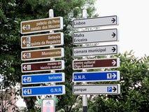 Indicateurs de touristes dans Sintra, Portugal photos libres de droits