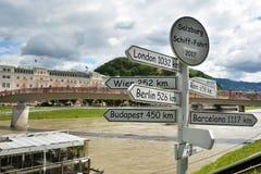 Indicateurs de voyage de transport au-dessus de rivière Photos libres de droits