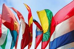 Indicateurs des états de l'Europe contre le ciel nuageux Photographie stock libre de droits