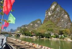 Indicateurs et fleuve de Li colorés par radeau en bambou Photographie stock