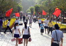 Indicateurs nationaux chinois ondulant le jour national Image libre de droits