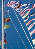 Indicateurs nautiques volant contre un ciel bleu Photographie stock libre de droits