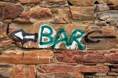 Indication de barre dans un mur en pierre Photo stock
