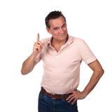 Indication par les doigts de remuement de sourire d'homme vers le haut photos stock