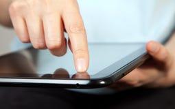 Indication par les doigts sur la tablette Image stock