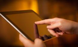 Indication par les doigts sur le PC de comprimé avec l'espace vide Images libres de droits