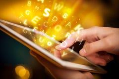 Indication par les doigts sur le PC de comprimé, concept de lettres Image libre de droits