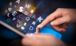 Indication par les doigts sur le PC de comprimé, concept de lettres Photos libres de droits
